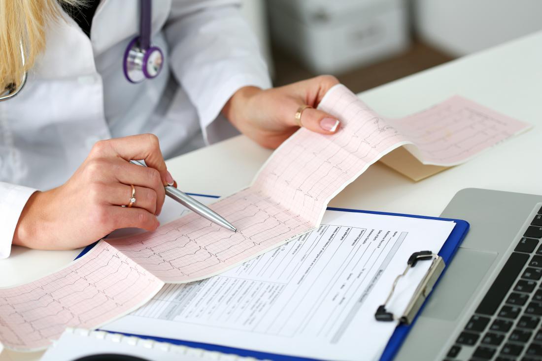 """Клиника """"Эндос"""": врач делает расшифровку ЭКГ с нагрузкой"""